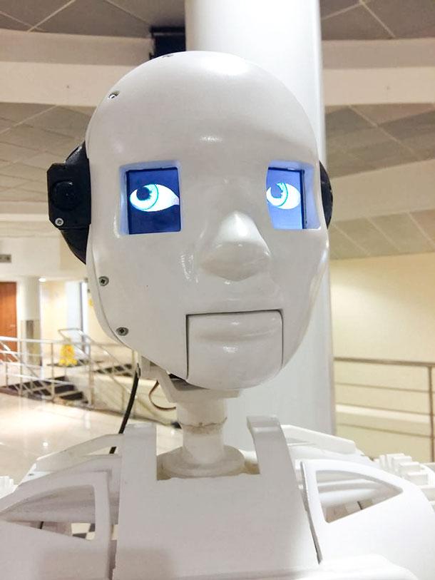 Эмоции. Робот тоже может обидеться на грубое слово или сарказм и дальше действовать по «обиженному» алгоритму.